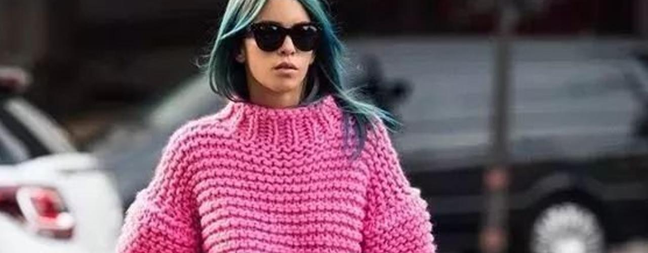 冬天最适合做的事就是:懒!就连穿衣的风格也要呈现慵懒气质表现在毛衣穿搭上就是偏好oversize款式那慵懒毛衣怎么穿才能不显胖..